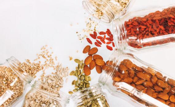 sveika valgyti riešutus ir sėklas